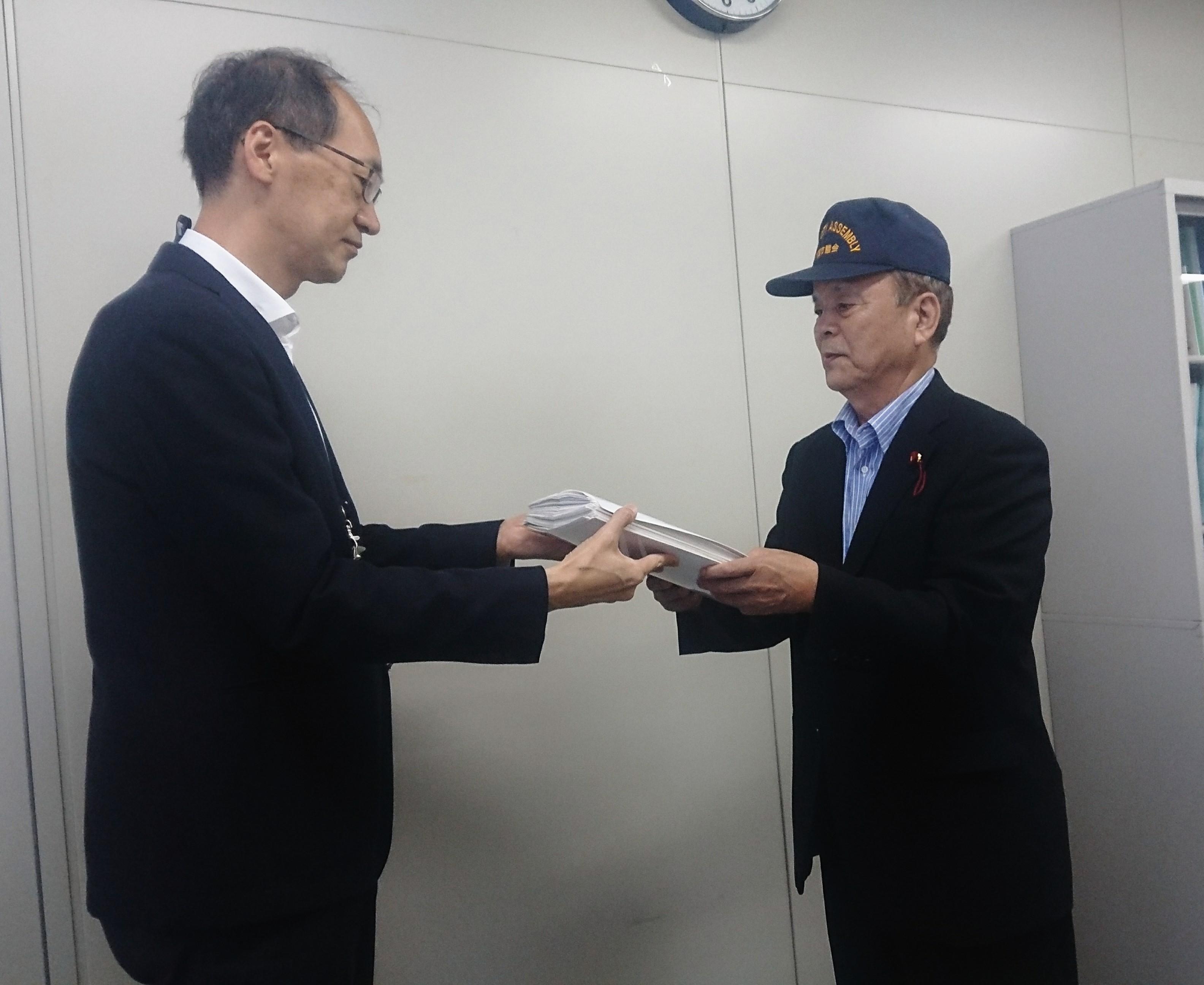 7/27 千葉市教育委員会にてエアコン署名簿を提出 第二回目
